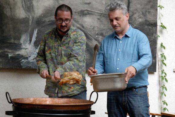 Erdélyi lakomán jártunk – Nyáry Krisztián és Cserna-Szabó András főztek Kolozsváron (VIDEÓ)