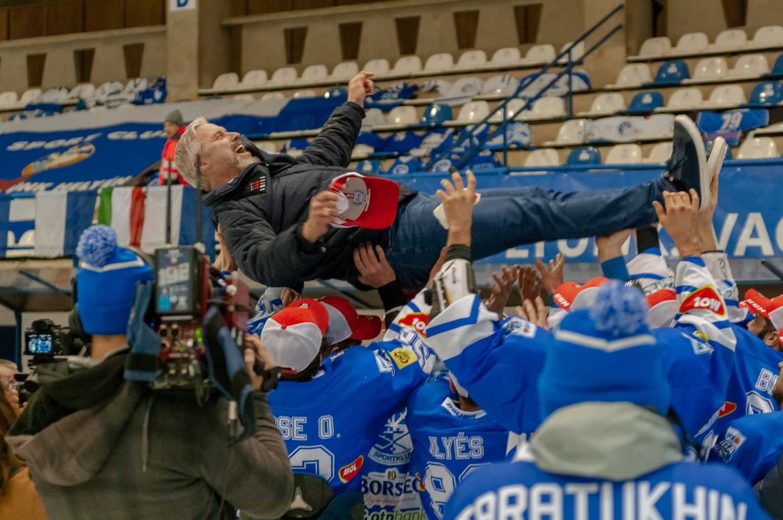 Jason Morgan, a Sportklub vezetőedzője a levegőben.