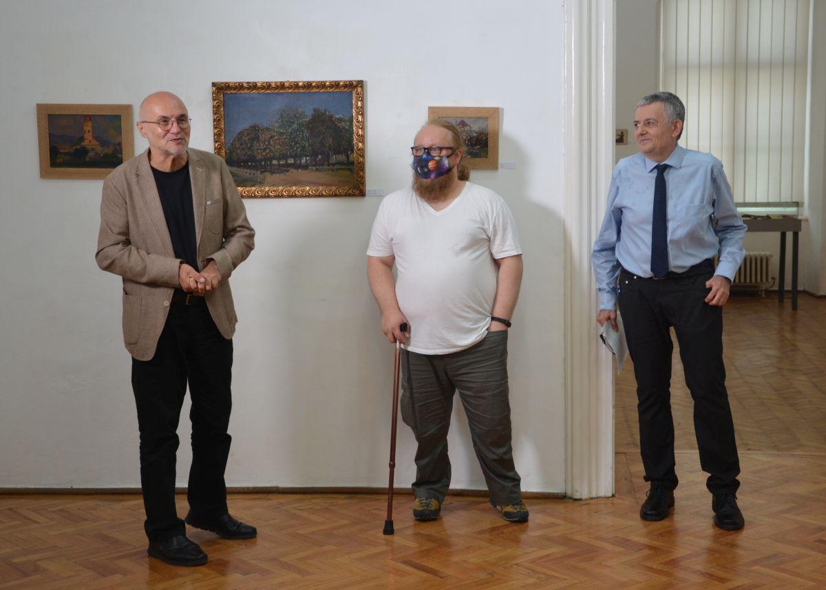Balról jobbra: Lucian Nastasă-Kovács, a Kolozsvári Művészeti Múzeum igazgatója, Iakob Attila történész, a múzeum munkatársa és Lőwy Dániel vegyészmérnök, helytörténész, a kiállítás szervezője