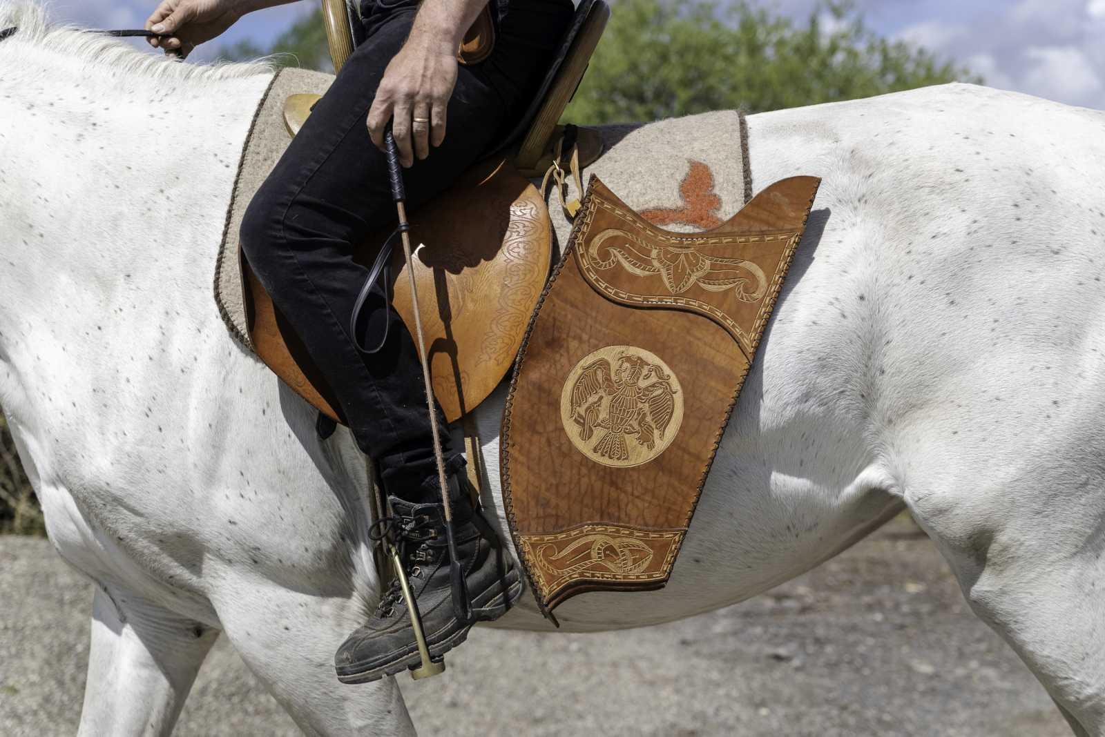 A felszereléseket a lovasok maguk készítik.