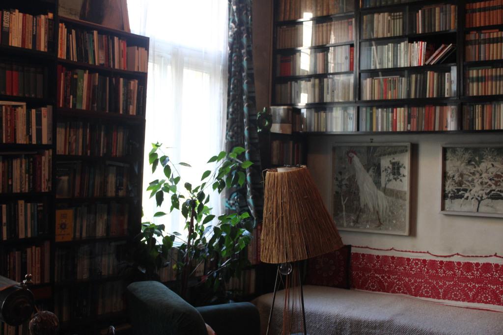 A Kntor-hz egyik szobja a falon Nagy Albert festmnyei  fot KntoresqueJakab Jlia