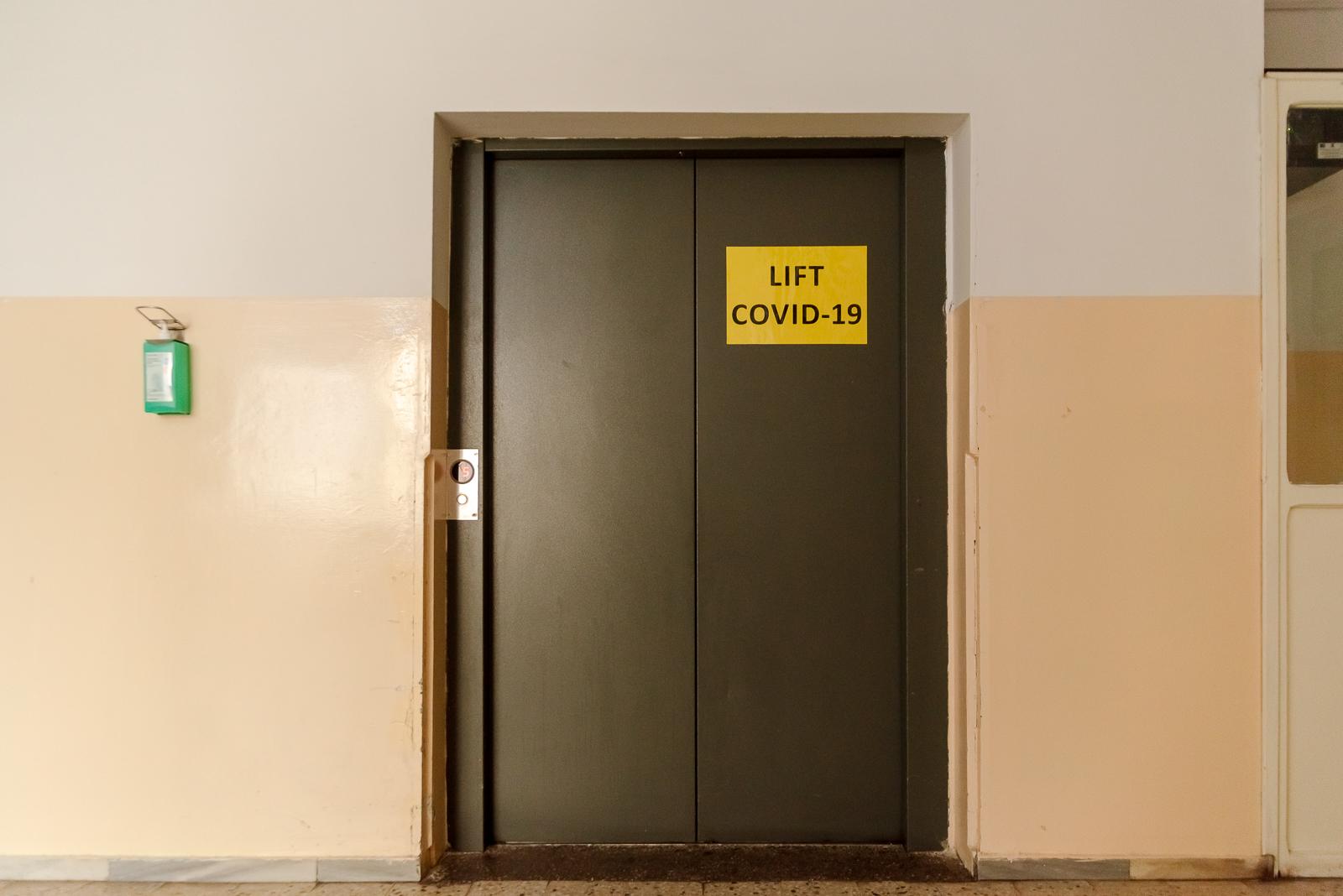 Már a folyosó is minden a koronavírusra emlékeztet - külön lift a covidosoknak. Ott jártunkkor itt szállították el az egyik áldozatot.
