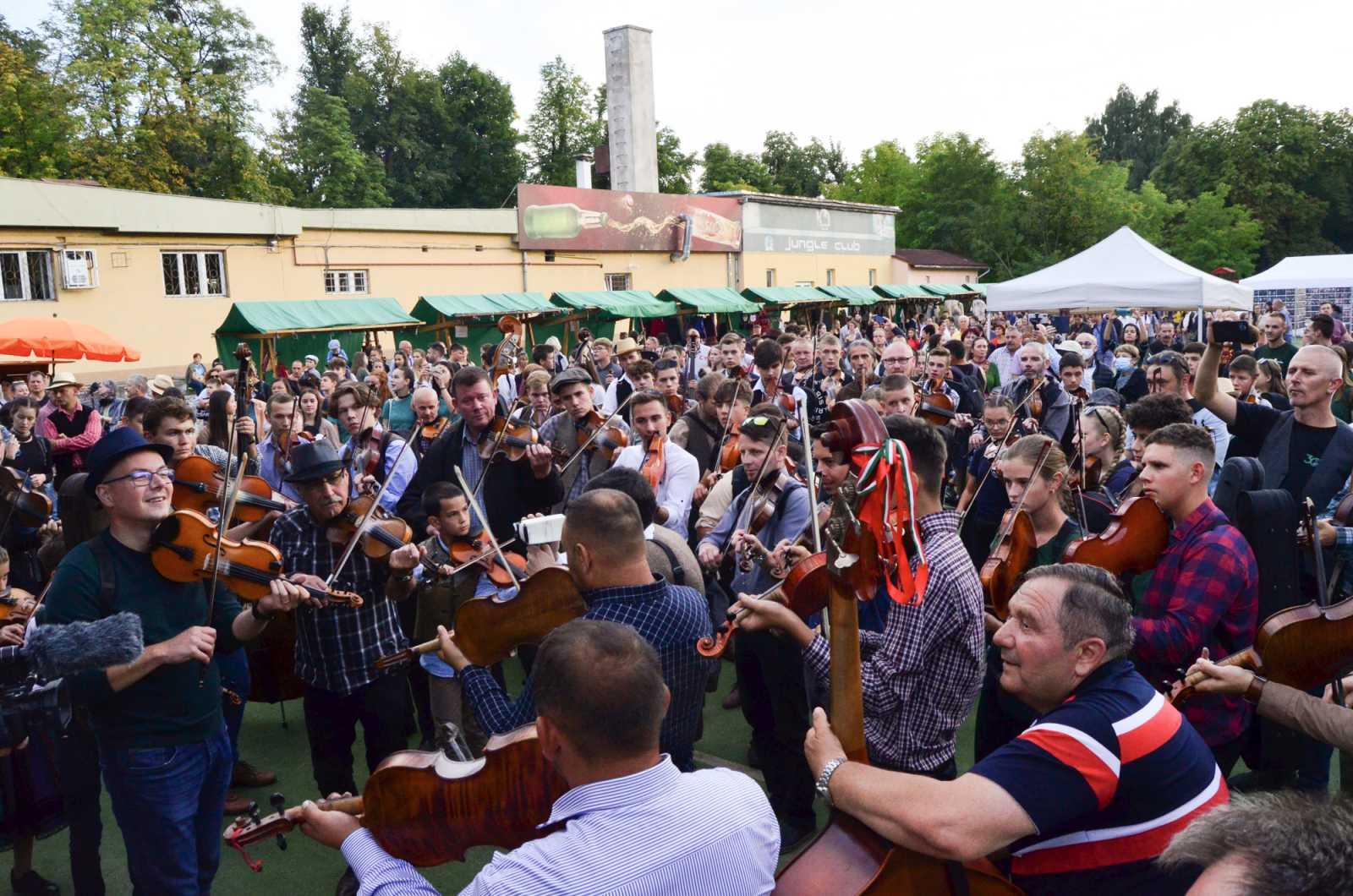 Zenészek és táncosok vették birtokba a minifocipályát