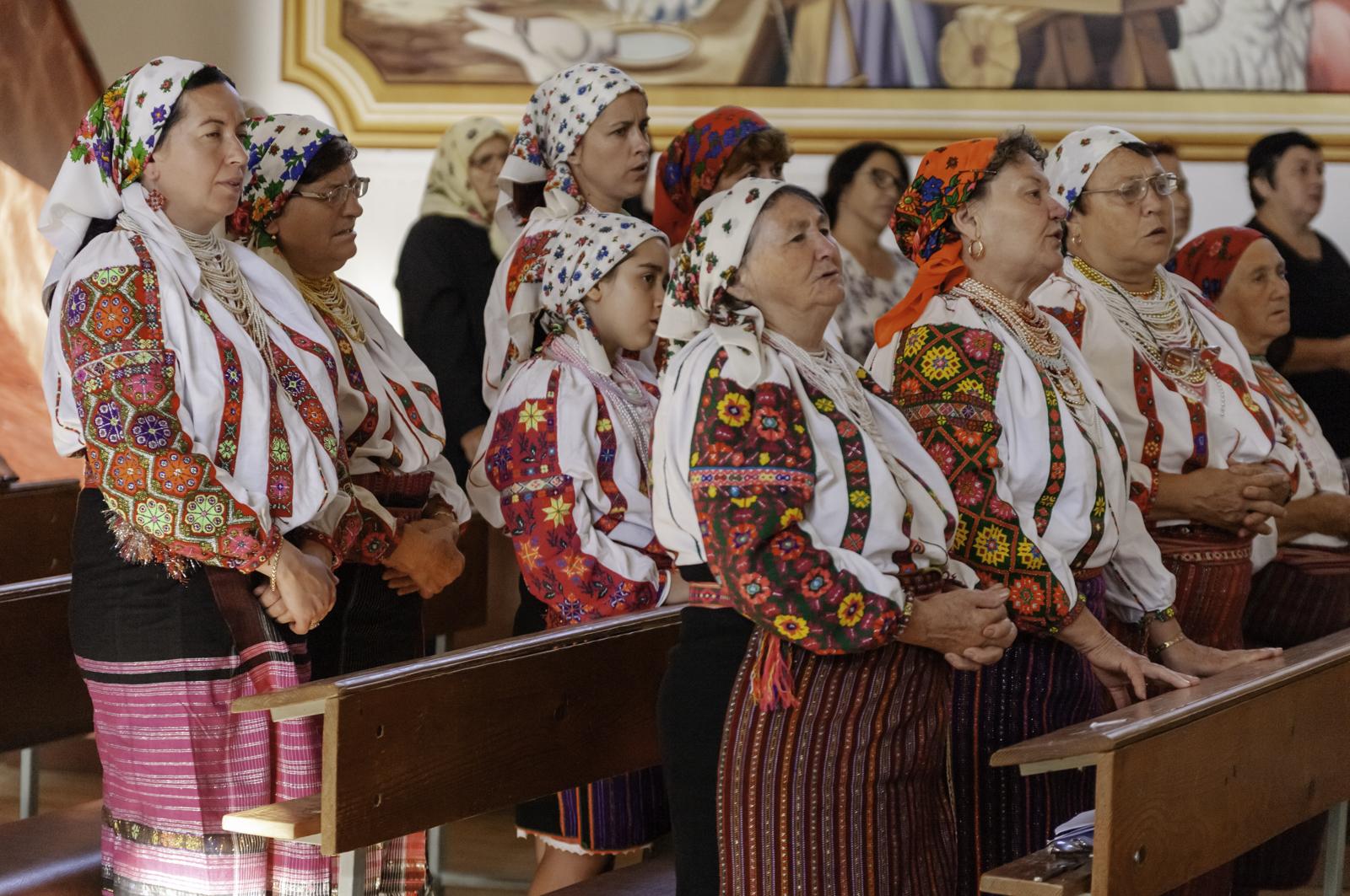 Sokan hagyományos csángó népviseletben vettek részt a szertartáson