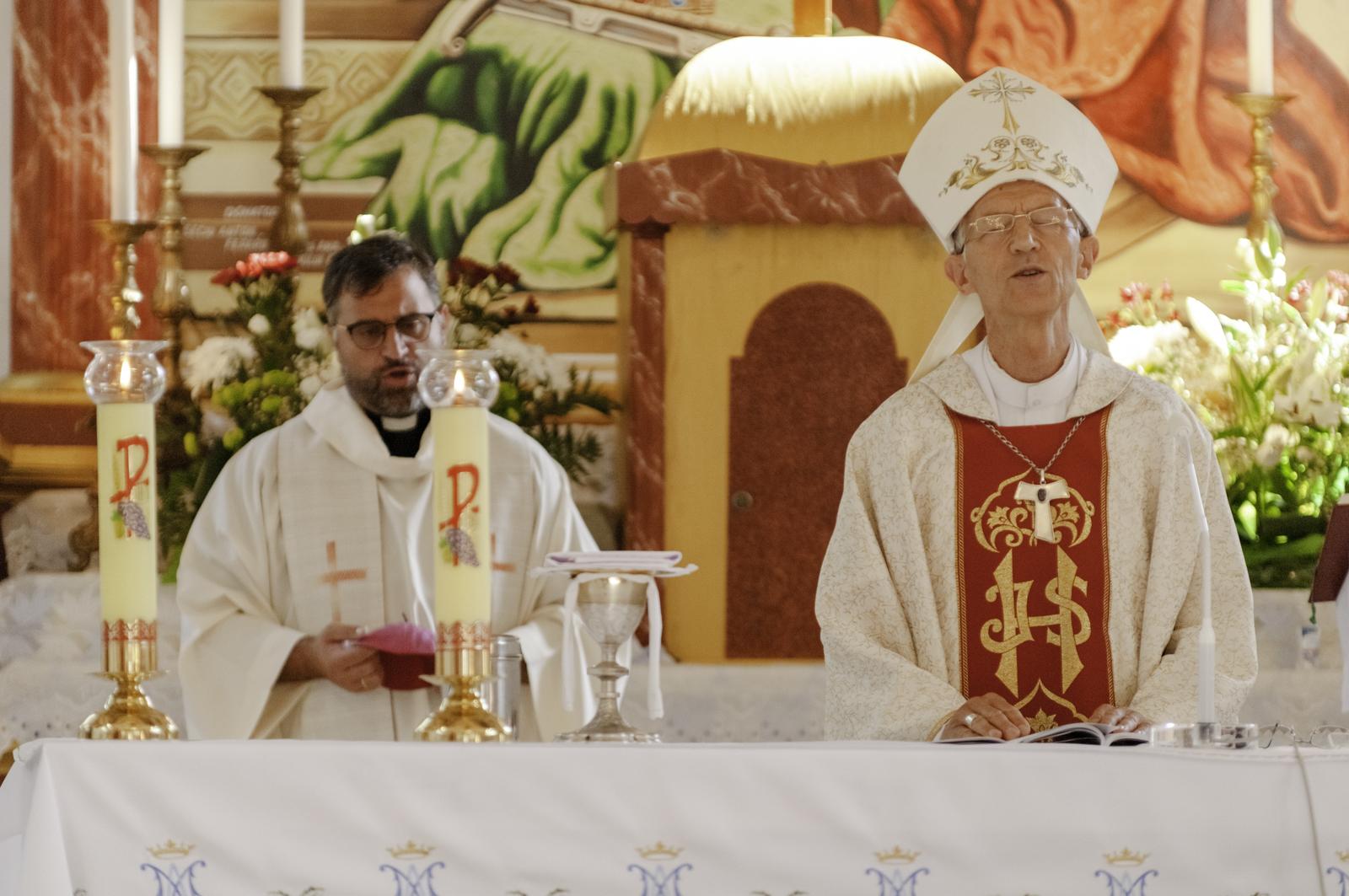 Balra Măriuţ Felix, a bákó magyar nyelvű szentmiséken szolgálatot teljesítő forrófalvi tiszteletes
