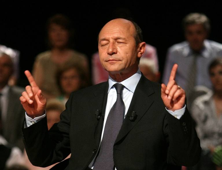 Traian Băsescu with a weight of 76 kg and a feet size of N/A in favorite outfit & clothing style