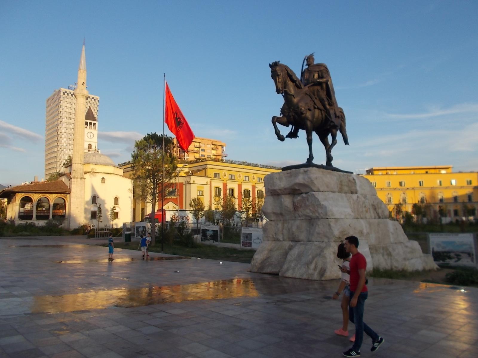 Szkander bég szobra Tirana főterén