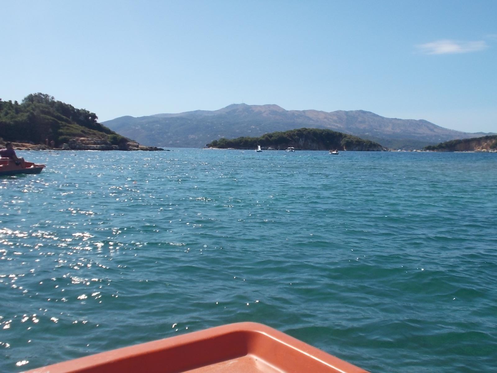 Vizibiciklivel az Adrián, a háttérben Korfu