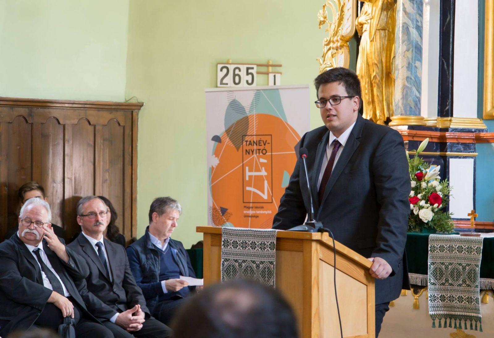 Bukur Tamás a Romániai Magyar Pedagógusok Szövetsége által szervezett Magyar iskolák országos tanévnyitó ünnepségén, Brassóban, 2017 szeptemberében | Fotó forrása: Facebook