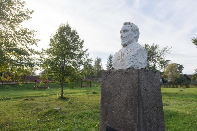 Barabás Miklós mellszobra szülőfalujában, Márkosfalván || Fotó: Biró István