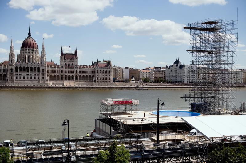 A vizes világbajnokság óriástoronyugrásának helyszíne a Batthyány térnél, a Sztehlo Gábor rakparton