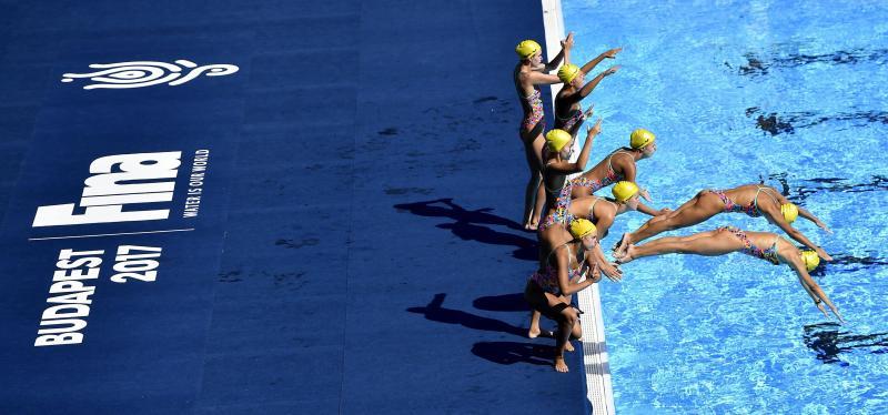 A svéd szinkronúszó-válogatott edzése a 2017-es vizes világbajnokság szinkronúszó versenyeinek helyszínén a Városligetben