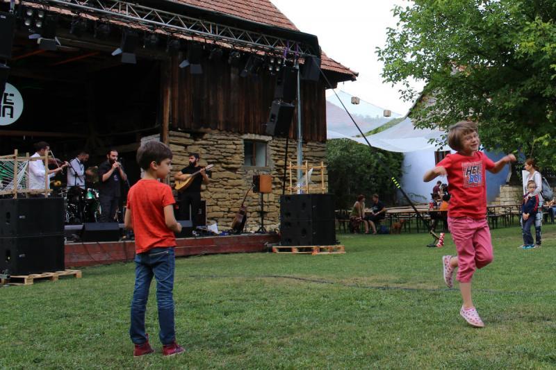 A gyerekek az első adandó alkalommal táncra perdültek, a felnőttek megvárták, hogy lemenjen a nap.