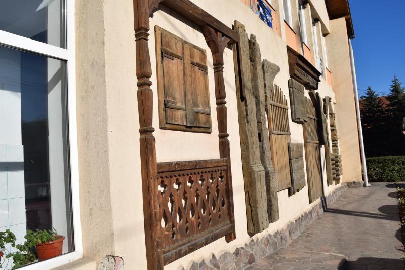 Székelykapu-elemek a máréfalvi községháza homlokzatán