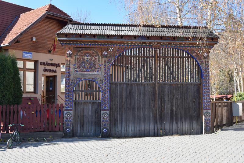 A máréfalvi óvoda festett kapuja