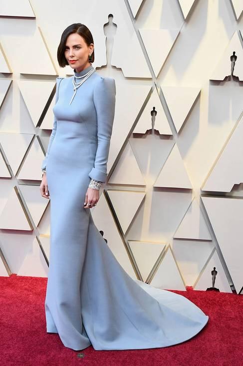 Egyenes szabásvonal, trükkös részletek és mély hátkivágás jellemezte Charlize Theron által viselt Dior-darabot.