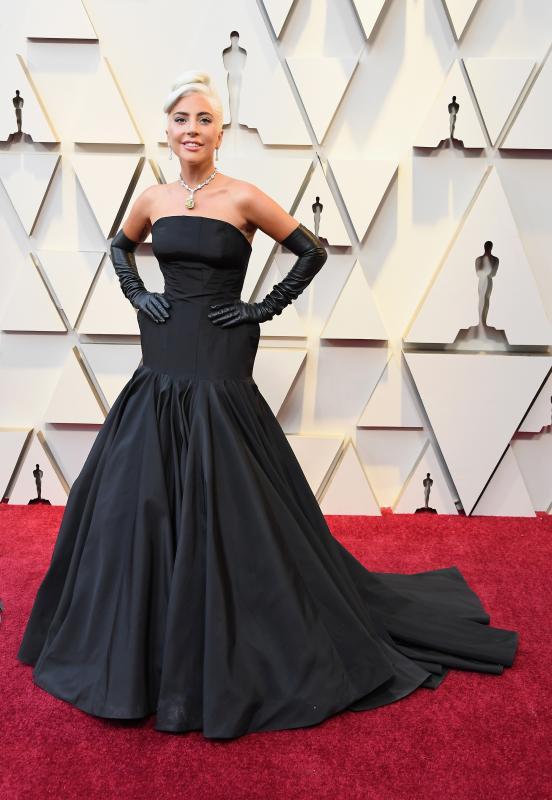 Lady Gaga korábban az extrém, polgárpukkasztó viseleteiről volt híres, ám ez úgy tűnik már a múlté. Az első Oscar-díját bezsebelő színésznő-énekesnő egy végtelenül elegáns Alexander McQueen estélyiben vonult fel. Nemcsak a hosszú kesztyűvel idézte meg Aud