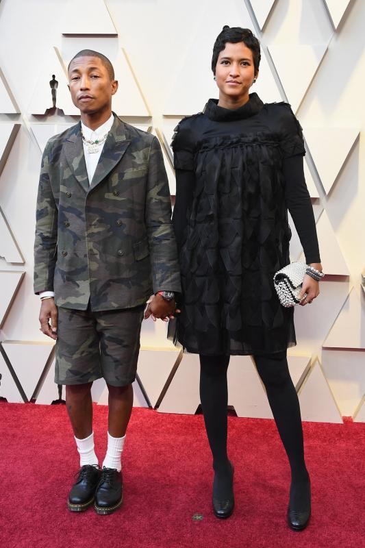 Pharrell Williams és Helen Lasichanh különleges öltözéke, nem éppen a megszokott Oscar-divatot követi.