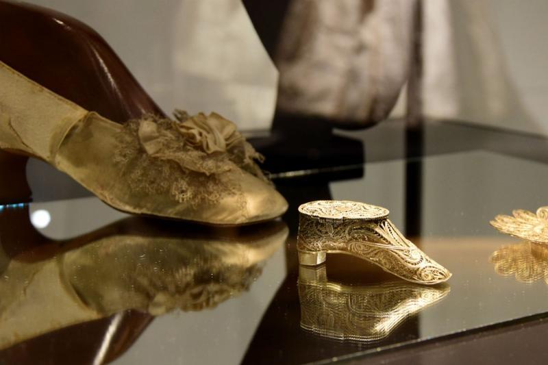 19. századi női cipő, amelyből csak ezt a fél párat őrzi a múzeum, ezért a muzeológusok egymás közt Hamupipőke-cipőként emlegetik, mellette pedig egy cipő alakú szelence