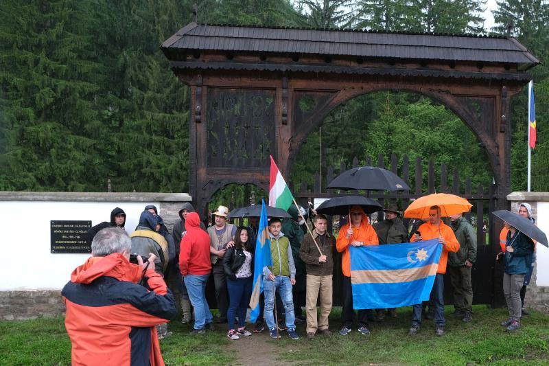 Hargita megyei magyarok, akik élőláncot alkotva próbálták megakadályozni, hogy felszenteljék a törvénysértően létesített román emlékművet