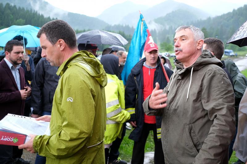 Tánczos Barna szenátor (b) és Tamás Sándor, Kovászna megye Tanácsának az elnöke (j) az úzvölgyi katonatemető bejáratánál