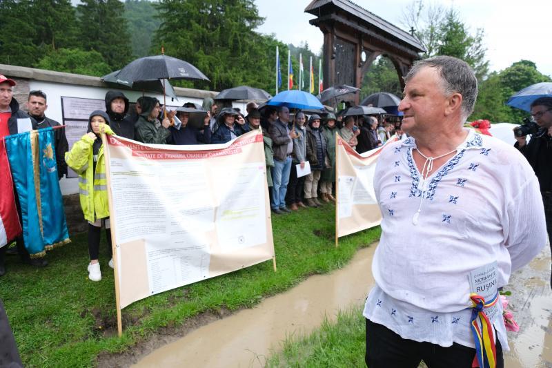 Román férfi az úzvölgyi katonatemetőnél