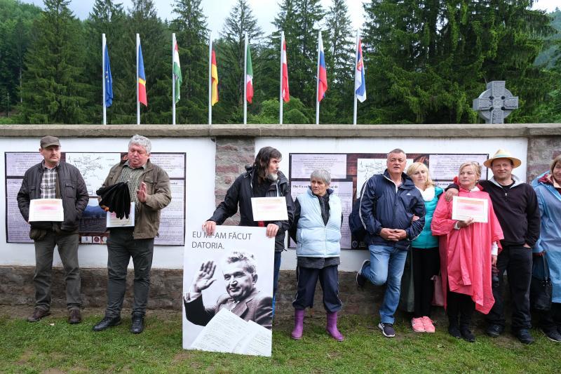 Hargita megyei magyarok, akik élőláncot alkotva próbálták megakadályozni, hogy ortodox szertartás keretében felszenteljék a temetőben törvénysértően létesített román emlékművet és parcellát