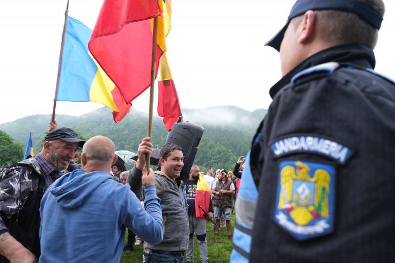 Román résztvevők a temető bejáratánál
