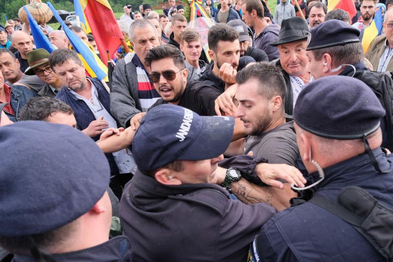 Csendőrökkel dulakodnak román résztvevők, akik erőszakkal be akarnak nyomulni az úzvölgyi katonatemetőbe