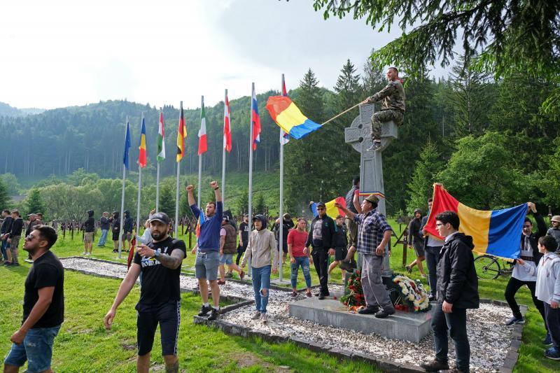 Az úzvölgyi katonatemetőbe erőszakkal bejutott román fiatalok