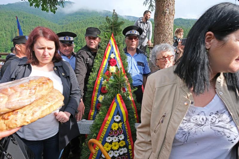 Román rendőrök koszorúval az úzvölgyi katonatemetőben