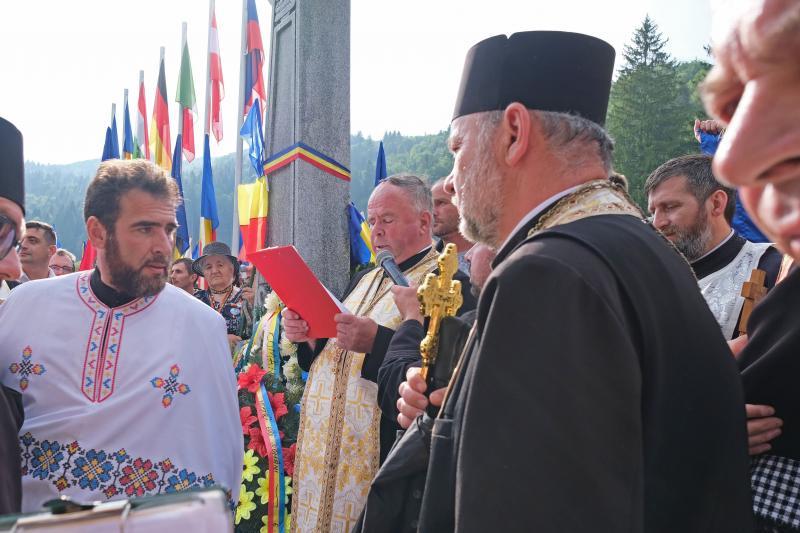 Toader Alexandrescu dormánfalvi ortodox pap felszentelte a törvénysértően létesített román emlékművet és parcellát