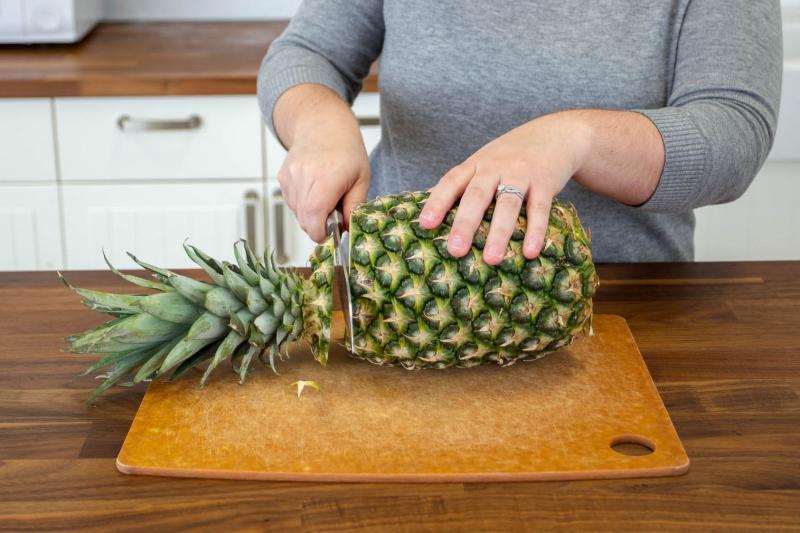 Első lépésként vágjuk le az ananász tetejét.