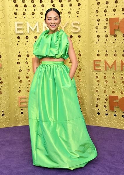 Greta Lee öltözéke színét és szabását tekintve is meghökkentő.