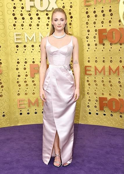 A Trónok harca sztárja, Sophie Turner a visszafogott hollywoodi csillogást választotta az Emmy-gálára.