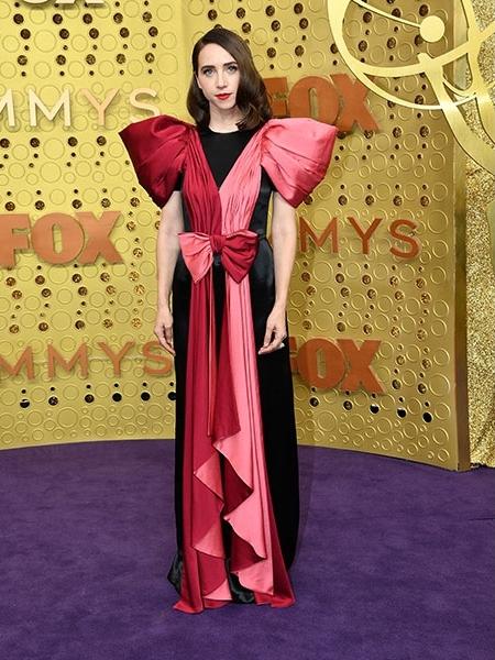 Nagy, piros-rózsaszín masni, puffos vállrésszel – mintha karácsonyi ajándéknak öltözött volna Zoe Kazan.
