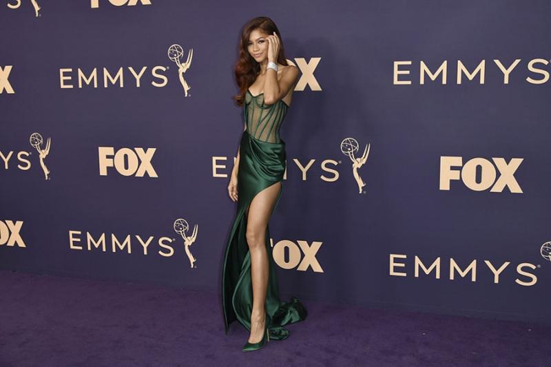 Zendaya merész combvillantással és egy áttetsző anyagú, ám különleges színű ruhában érkezett a gálára.