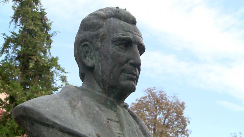 Csiha Kálmán püspök szobra a két másik érsemjéni híres magyar szomszédságában