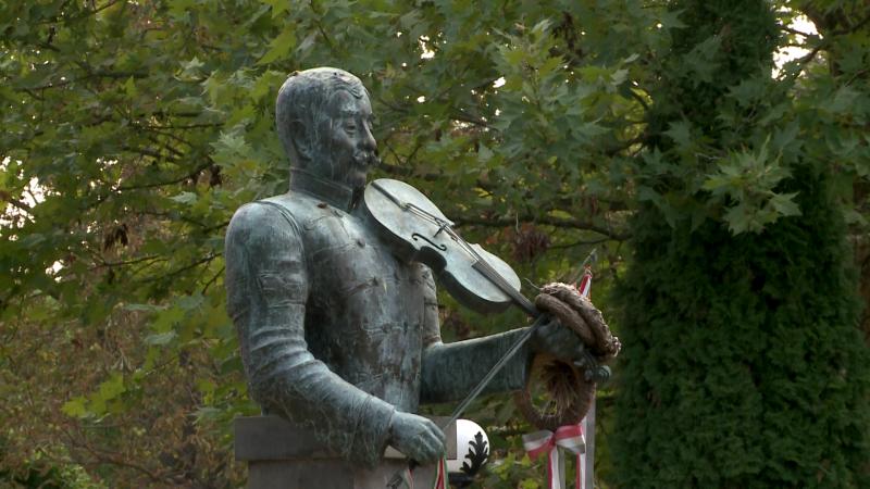 Fráter Lóránd szobra a falu központi parkjában