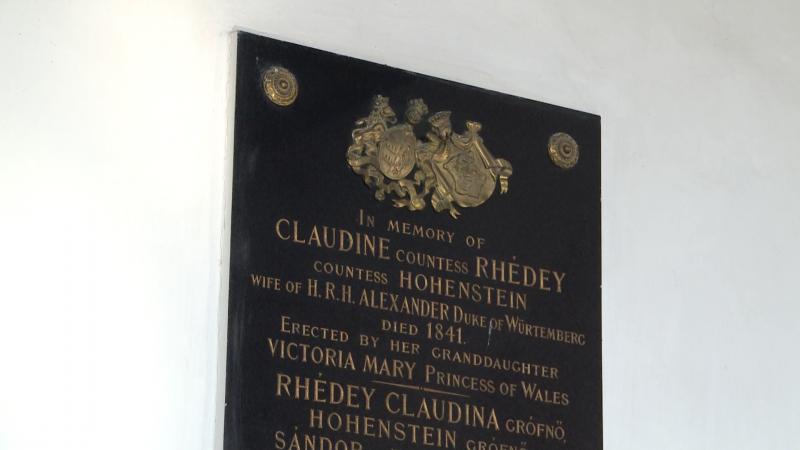 A fekete márványból készült emléktábla, amelyet Vámbéry Ármin hozott haza Mária királyné megbízásának eleget téve