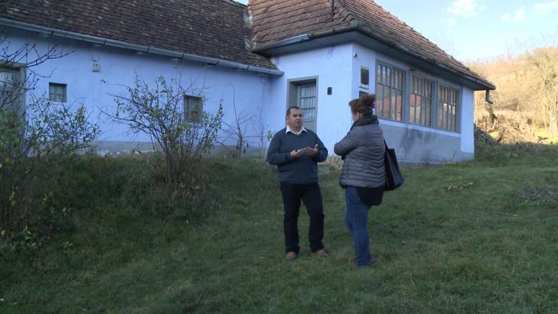 Fazekas Levente unitárius lelkésszel Bözödi György szülőházának udvarán