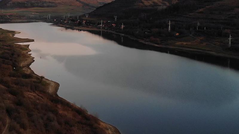 Alkonyodik a bözödújfalusi víztározó fölött. Drónfelvétel.