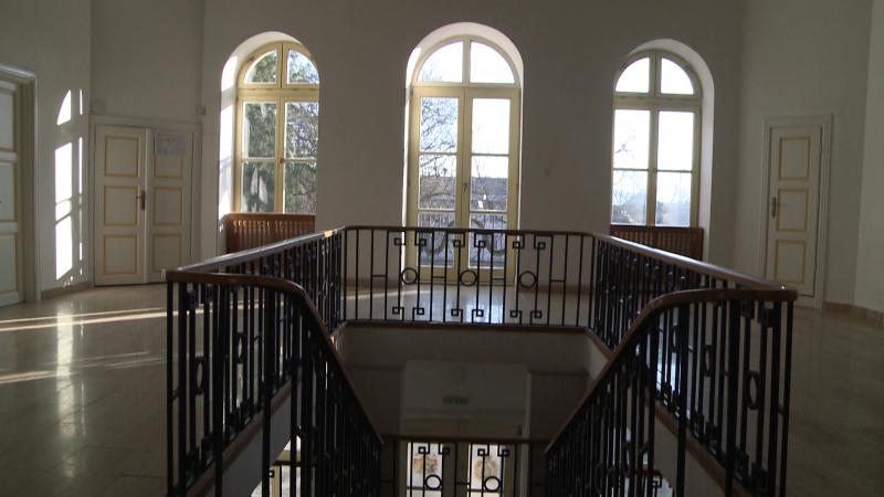 A Rhédey-kastély emeleti előcsarnoka a lépcsőfeljáróval és a szárnyas ablakokkal