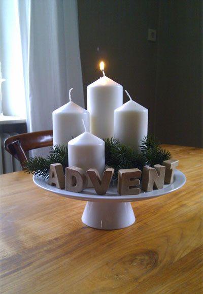 Egy süteményes tálaló is szolgálhat az alternatív adventi koszorú alapjának. Helyezzük rá a gyertyákat, dekoráljuk fenyőággal, tobozokkal, díszekkel is és készen is van.