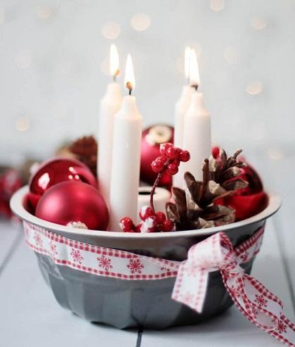 Akad otthon egy nem használt kuglófforma? Ki ne dobjuk! Tegyünk bele négy gyertyát, egy-két karácsonyfadíszt, tobozt, kössük át egy masnival és el is készült az adventi koszorúnk.