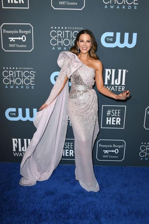 Kate Beckinsale egy lágy esésű, áttetsző Julien Macdonald ruhakölteményben jelent meg a díjátadón.