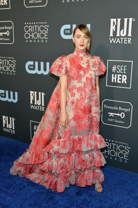 Saoirse Ronan egy fodros, lágy esésű ruhában jelent meg.