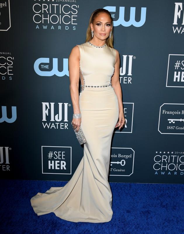 Jennifer Lopez ezúttal egy bézs színű, az alakját kiemelő estélyi mellett döntött.