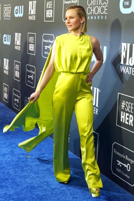 Kristen Bell egy lime zöld nadrágban és egy palásttal díszített felsőben vonta magára mindenki tekintetét.
