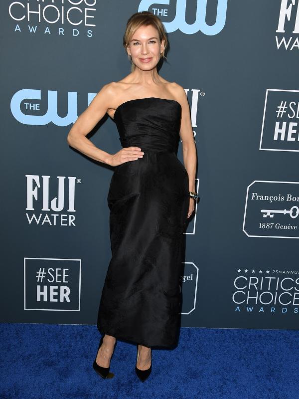 Egy egyszerű fekete ruhában vette át a legjobb színésznőnek járó díjat Renée Zellweger.